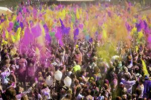 HOLI COLOR PARTY BY ADOLESCENTS. CAT arriba a Manresa